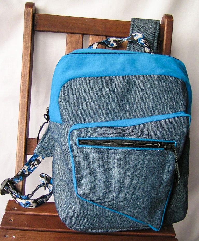 Plecak z dżinsu z niebieskimi wykończeniami, usztywnione plecy, kieszeń na zamek. Wewnątrz podszewka z kieszonkami. Indywidualne projekty i wzory