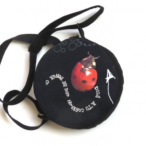 okrągła torebka z materiału z biedronką